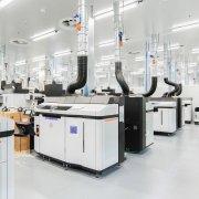 Řada několik průmyslových tiskáren HP ve výrobní hale