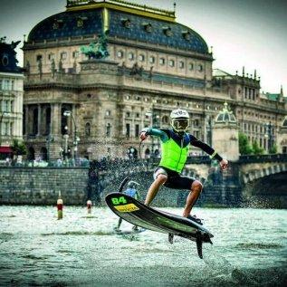 Jezdec na Jet surfu skáče před Národním divadlem na Vltavě