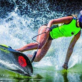 Jezdkyně projíždí zatáčku na Jet surfu