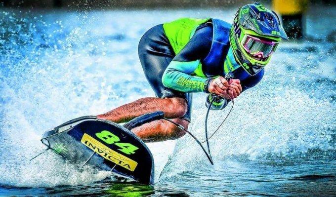 Jet surf s 3D tištěnými komponenty jede rychle po vodní hladině