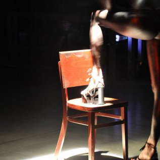 Bota s vysokou platformou vyrobená 3D tiskem na noze modelky