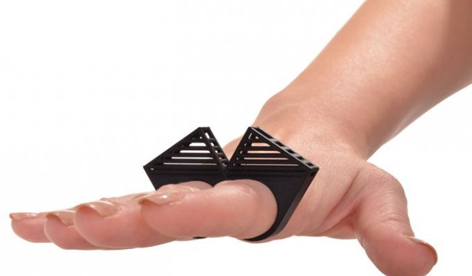 Prstýnek na dva prsty nasazený na ruce