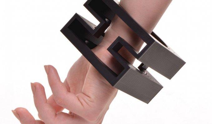 Náramek čtvercového tvaru nasazený na ruce