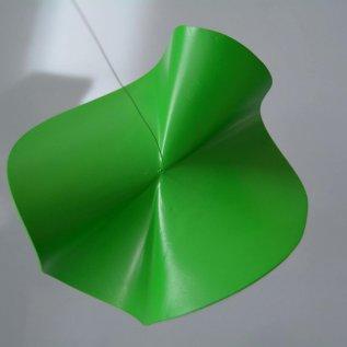 Zelený tvar vyrobený 3D tiskem, který definuje matematickou rovnici v prostoru