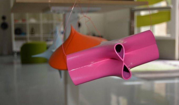 Růžový tvar vyrobený 3D tiskem, který definuje matematickou rovnici v prostoru