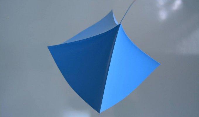 Modrý tvar vyrobený 3D tiskem, který definuje matematickou rovnici v prostoru