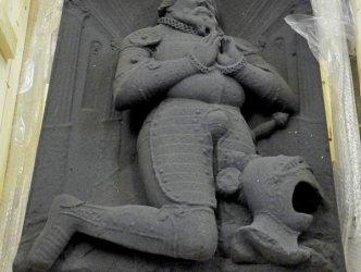 Replika náhrobku vyrobená 3D tiskem z písku v přepravní bedně