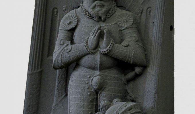 Replika náhrobku vyrobená 3D tiskem z písku vystavená na červeném stolku