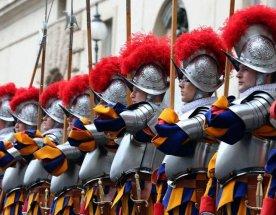 Nastoupení členové švýcarské gardy mají na hlavách 3D vytištěné přilby
