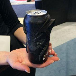 Nápojová plechovka Pepsi s designovým doplňkem