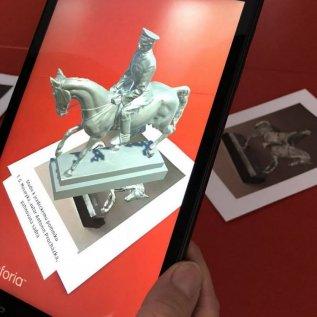 Tablet využívá naskenovaný model sochy pro rozšířenou realitu v muzeu