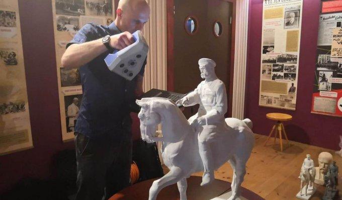 Operátor 3D skeneru snímá jezdeckou sochu T.G. Masaryka