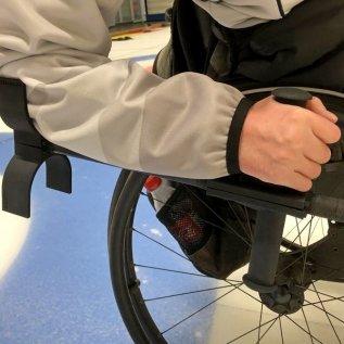 Francouzská hůl upravená 3D tiskem umožňuje vozíčkáři hrát curling