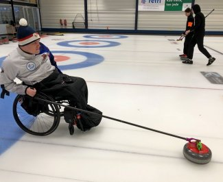Handicapovaný hráč curlingu využívá 3D vytištěnou pomůcku pro hru