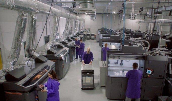 Výrobní hala, s řadou 3D tiskáren a postprocesních stanic HP pro sériovou výrobu