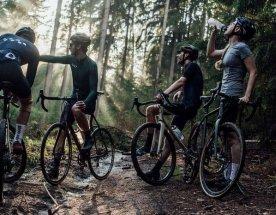 Skupina cyklistů s gravelovými koly Repete s 3D tištěnými prvky
