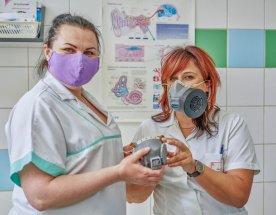Zdravotní sestry zkouší 3D vytištěný respirátor