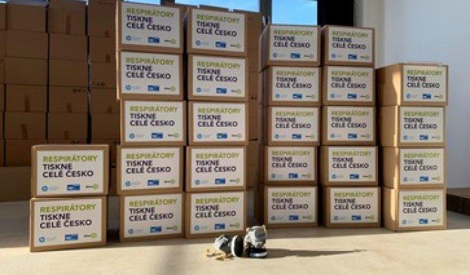V několika sloupcích vyrovnané krabice s vytištěnými respirátory