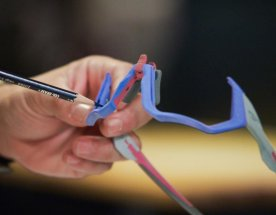 Barevné obroučky brýlí Oakley držené v ruce