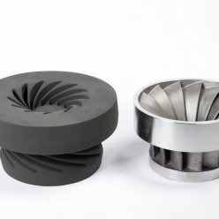Forma z 3D tiskárny a finální kovový odlitek turbíny