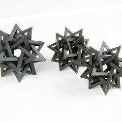 3D vytištěné hvězdice komplexního tvaru na bílém pozadí