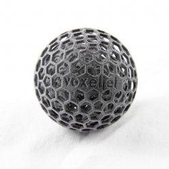 Šedá koule s hexagonálním povrchem na bílém pozadí
