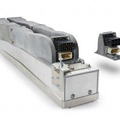Vytištěný dlouhý šedý díl s konektory připevněný k hliníkovému profilu