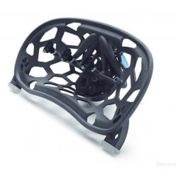Černý díl s organickou strukturou a montážními prvky na bílém pozadí