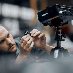 Operátor vyměňuje na Atos Q umístěném na stativu objektiv jedné z kamer
