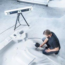 Operátor snímá velký díl a celý prostor snímá trackovací stanice pro vyšší přesnost měření