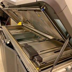 Otevřený horní kryt 3D tiskárny HP 4200 s pohledem do stavební komory