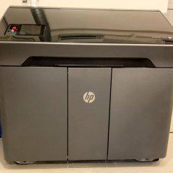 3D tiskárna pro barevný tisk stojí v místnosti