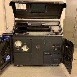 3D tiskárna HP 580 pro barevný tisk s otevřenými kryty stavební komory a přístupů pro doplňování spotřebního materiálů