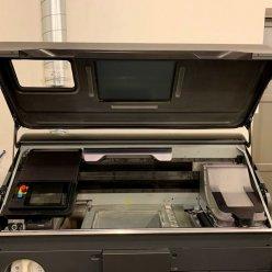 3D tiskárna HP 580 pro barevný tisk s otevřeným krytem stavební komory