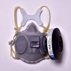 Kompletní respirátor vyrobený 3D tiskem na šedém pozadí