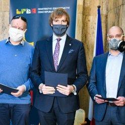 Na tiskové konferenci byl představen respirátor vyvinutý ČVUT