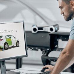 Operátor na počítači v SW GOM Inspect Suite provádí rozměrové měření a vyhodnocení geometrických tolerancí