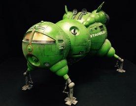 Kompletní model kosmické lodi pro filmové účely v sytě zelené barvě na černém pozadí