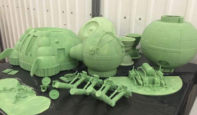 Díly vesmírné lodi z 3D tiskárny Voxeljet položené na černé podložce, světle zelené