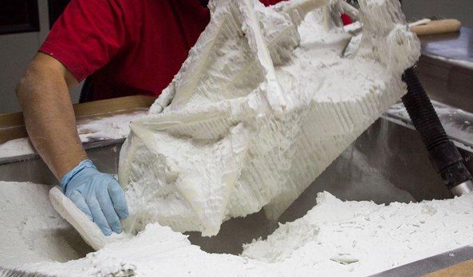 Proces čištění po vyjmutí z 3D tiskárny Voxeljet od nespotřebovaného písku