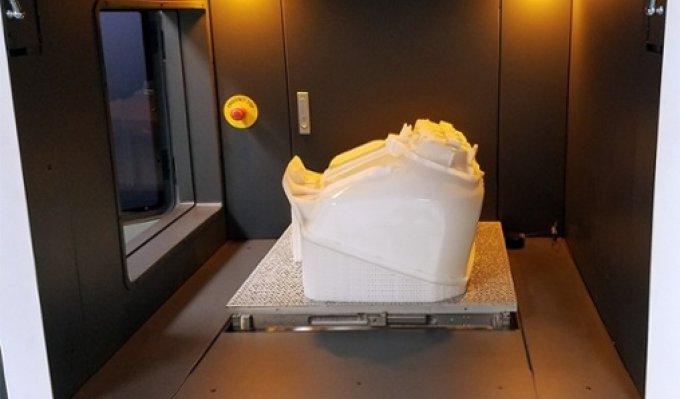 Vytištěný díl ve stavební komoře v SLA 3D tiskárně RSPro 600 společnosti UnionTech