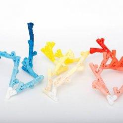 Větvící se díl z plastové stavebnice sestavené v modré, žluté a oranžové barvě