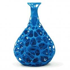 Modrá váza organického tvaru s bílým pozadím
