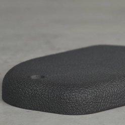 Černý díl vyrobený 3D tiskem na šedém stole