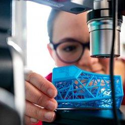 Voštinová struktura vyrobená 3D tiskem v ruce operátora