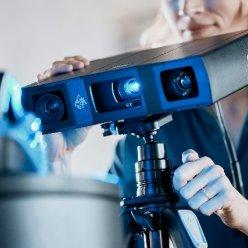 Pro skenování cyklistické helmy je vhodný automatický režim skenování, kdy je GOM Scan 1 přímo propojen s rotačním stolem.