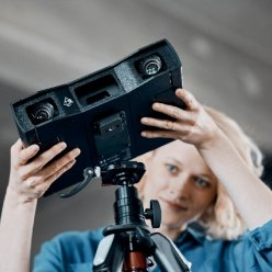 Stabilnímu umístění skeneru pomáhá tripod/stativ, kterým lze skener stabilně zafixovat do pozice přesně potřebné pro skenování.