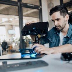 Skener GOM Scan 1 při využití stativu a rotačního stolu je velmi jednoduché ovládat. Vlastní skenování je pak plně automatizované.
