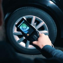 Na displeji vidíte přímo při skenování vznikající 3D model skenovaného kola od auta.