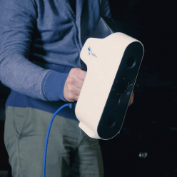 Při skenování se skener drží v ruce a postupně se snímá celý objekt. Postup snímání vidíte v reálném čase na displeji.